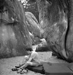 00457 (Bènj) Tags: moon elephant france sandstone snap hasselblad bouldering hp5 ilford fontainebleau 500cm