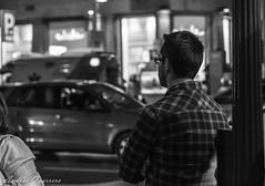 Esperando (Andrés Guerrero) Tags: madrid people urban blackandwhite bw españa man blancoynegro night noche blackwhite spain gente centro bn urbana chico hombre granvía urbanphotography fotografíaurbana fotografíacallejera