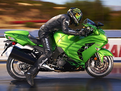 12ZX1400E_US_Action05
