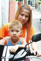 matching bleach jobs (the foreign photographer - ฝรั่งถ่) Tags: mother son bleached hair motorcycle taxi driver khlong thanon portraits bangkhen bangkok thailand canon kiss