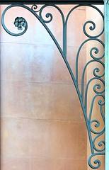 Barcelona - Pg. de Gràcia 026 l (Arnim Schulz) Tags: modernisme modernismo barcelona artnouveau stilefloreale jugendstil cataluña catalunya catalonia katalonien arquitectura architecture architektur spanien spain espagne españa espanya belleepoque fer castiron ferdefonte hierro ferro iron eisen gusseisen schmiedeeisen forjado forgé wrought forged art arte kunst baukunst ferronnerie gaudí fence liberty textur texture muster textura decoración dekoration deko deco ornament ornamento