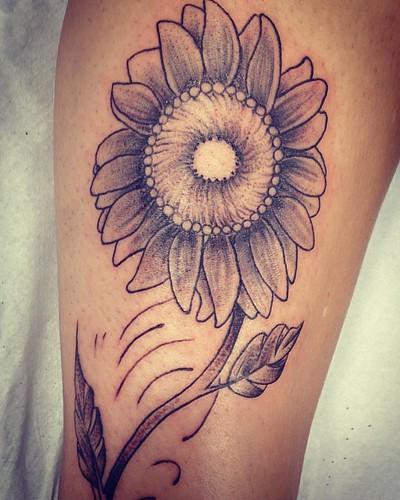 Tattoo da Luciana #girassol #tattoo #tatuagem #tattooed #tatuering #tatuaria #ink #inked #inkedgirls #blackandwhite #xaxa #instagood #instaart #instaday #instagram #instasize #instalike