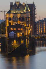 Wenn der Abend kommt / When the evening has come (277/365) (trombone65 (PhotoArt Laatzen)) Tags: canon hamburg sigma speicherstadt beleuchtung day277 wasserschloss 277365 sigma18250mm canoneos600d 04102014 3652014 365the2014edition derabendkommt