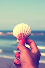 (Coral ML) Tags: sea summer azul vintage landscape atardecer mar bokeh tranquility playa colores verano mano vistas olas conchas brisa tranquilidad