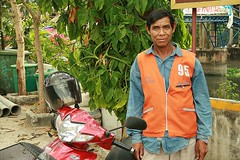 motorcycle taxi driver (the foreign photographer - ฝรั่งถ่) Tags: motorcycle taxi driver khlong thanon portraits bangkhen bangkok thailand canon kiss
