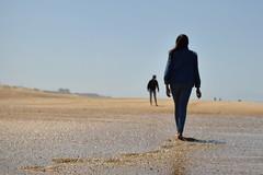 Rendez-vous à la plage (bonnaudthomas) Tags: plage beach hossegor tracesdepas footprints sable sand flou blur silhouettes