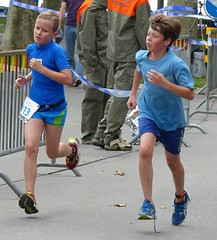 Duel (Cavabienmerci) Tags: boy sports boys sport race children schweiz switzerland kid à child suisse running run lausanne course runners pied runner triathlon laufen triathlete 2014 läufer lauf triathletes