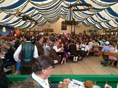 Oide Wiesn Bierzelt (Peeping Thom) Tags: beer germany munich münchen deutschland gold golden mas ad oktoberfest bier mass werbung hb beerfest wiesn liter krug dirndl lederhose bierzelt hofbräu theresienwiese tracht weisblau oidewiesn