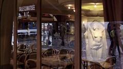 Mais o sont les Amphotipiens ? (fmcp) Tags: paris france caf statue pavement montmartre reflet miroir 75 rue 75018 fra vitre pavmouill