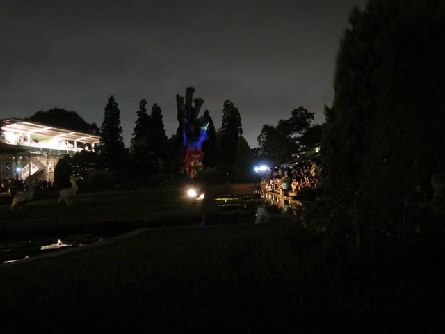 温室の前にある縄文杉のレプリカを利用してプロジェクションマ。|名古屋市東山動植物園