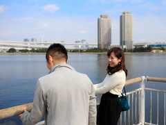 Lovely couple smiling at a seaside deck (Apricot Cafe) Tags: portrait male smiling japan female asian japanese tokyo young lifestyle happiness casual relaxation youngcouple photosession minato 20s tokyo modelshooting odaiba digitaltablet img67871 modelreleaseready sigma35mmf14dghsm odaibamarinepark