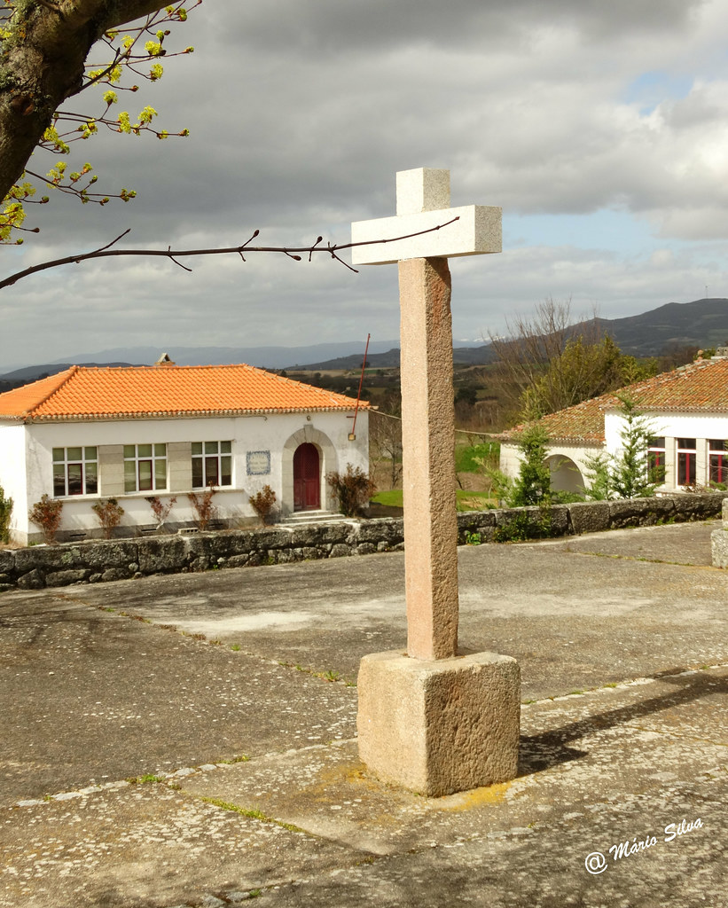 Águas Frias (Chaves) - ...cruzeiro no adro de igreja ...