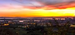 Amanece en A Coruña. (gatetegris) Tags: coruña galicia acoruña lacoruña amanecer nocturna ciudad city sea mar atlantic atlantico españa spain cidade sky urban edificios night luces galiza horanaranja orangehour