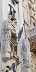 Guardianes (Lady Smirnoff) Tags: estatuas statues bandera flag fachada facade