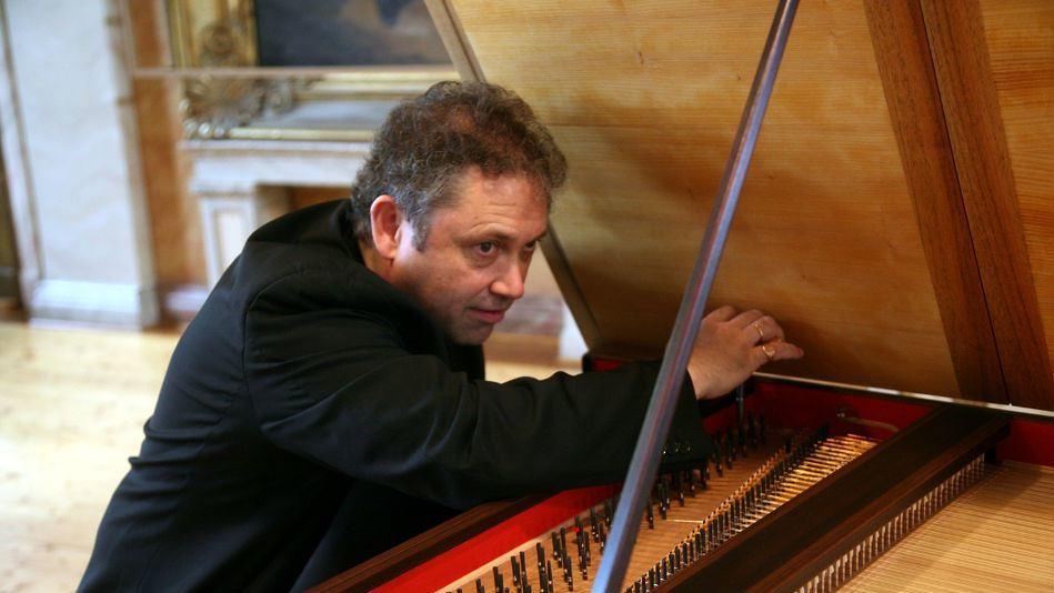 Richard Egarr stemt een piano forte onder de klep