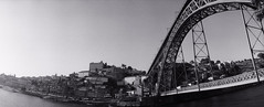 Dom-Luís Bridge - 01Sep14, Porto (Portugal) - 03 (°]°) Tags: bridge blackandwhite bw film portugal water analog 35mm river landscape louis boat lomography eau ship angle noiretblanc kodak tx pano horizon trix wide grand wideangle eiffel panoramic nb 400tx scan porto 400 douro pont 135 bateau paysage 35 perfekt duro 1er argentique panoramique fleuve négatif pellicule kodaktrix400 widelens grandangle ier horizonperfekt 120° domluís