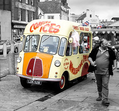 Cobbles Ices, the Barbican, Plymouth (Dave Moseley Photography) Tags: southwest vintage streetphotography plymouth barbican icecream morris van coloursplash morrisvan icecreamvan vintagevehicle oldvan morriscommercial splashesofcolour barbicanplymouth morrismotors morrisjtype morriscommercialjtype colorsplasheffect cobblesices morriscommercialicecreamvan cobblesicesplymouth davemoseleyphotography