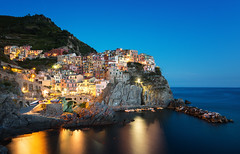 Manarola (Philipp Klinger Photography) Tags: longexposure italien blue houses light sunset sea vacation sky italy house holiday reflection water architecture night boats lights evening boat town meer wasser long exposure mediterranean italia village harbour liguria illumination hour slowshutter terre cinqueterre bluehour manarola hilltop cinque mediterraneansea mittelmeer ligurien