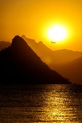 Ocaso en amarillo (fredylp) Tags: sunset sol riodejaneiro atardecer tele puestadesol atardeceres 70300mm ocaso prdesol canonef70300mm canonef70300 lente70300