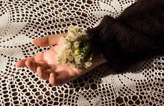 . (sullen_snowflakes) Tags: flowers portrait digital canon hand digitale mano fiori canoneos600d