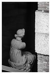 ... Paparazzo en el Olimpo ... (Lanpernas 3.0) Tags: museo ventana window escultura esculpture blancoynegro madrid elprado mueso arte art diosa