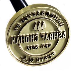 Sello de bronce con mango de madera