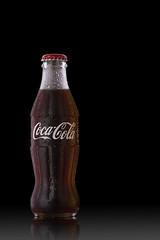 Refresco de Cola (Maveco868) Tags: cola bebida drink refresco liquido frio cool botella cristal chapa stillife stillifephoto foodphoto negro oscuro