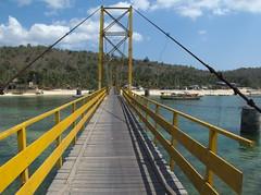 """Pont suspendu vers Nusa Cenida <a style=""""margin-left:10px; font-size:0.8em;"""" href=""""http://www.flickr.com/photos/83080376@N03/15008801963/"""" target=""""_blank"""">@flickr</a>"""