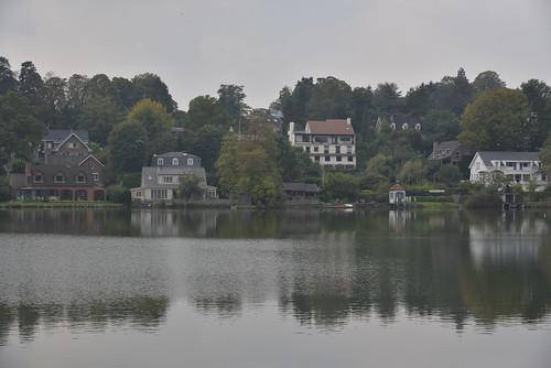 Paysage du lac par ciel brumeux