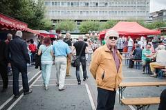 (Bluna0815) Tags: street gelb mann bunt sonnenbrille strase