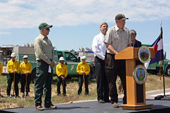 Project Leader David Lucas introducing Secretary Jewel, Secretary Vilsack, and the U.S Forest Service Chief Tom Tidwell (USFWS Mountain Prairie) Tags: nature fire wildlife conservation secretary agriculture usfws refuge wildfire fws usfishandwildlifeservice secretaryoftheinterior region6 usdepartmentoftheinterior rockymountainarsenalnationalwildliferefuge firemanagement usfishwildlifeservice rockymountainarsenalnationalwildliferefugefishingfrenzyusfws secretaryjewell