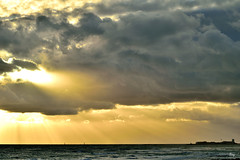Mirando al cielo (ZAP.M) Tags: playa atardecer cielo nubes naturaleza paisaje nature beach labarrosa chiclana cádiz andalucía españa flickr zapm mpazdelcerro nikon nikond5300 m4m