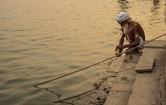 Aguas sagradas (Nebelkuss) Tags: asia india uttarpradesh varanasi benarés ganges rio river agua saddhu santón fujixpro1 fujinonxf35f14