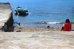 La mia idea di paradiso (meghimeg) Tags: 2017 rapallo lettura reading atterraggio landing donna woman frau mare see piccione uccello bird pidgeon barca boat blu blue