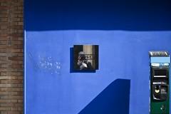 Stationnement payant (Gerard Hermand) Tags: 1704037339 gerardhermand france paris canon eos5dmarkii formatpaysage auto self portrait parcmètre parkingmeter miroir mirror metal reflet réflexion reflection mur wall bleu blue ombre shadow closed