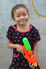 cute girl with water gun (the foreign photographer - ฝรั่งถ่) Tags: cute girl water squirt gun khlong thanon portraits bangkhen bangkok thailand nikon d3200 songkran thai new year