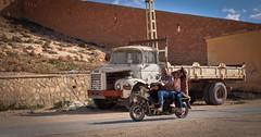 Rencontre à Laghouat (Algérie) (Graffyc Foto) Tags: rencontre a laghouat camion berliet scooter mobylette passagers rue graffyc foto 2017 7x3dl 7x3wpl fujifilm x30 fuji dz algerie algeria