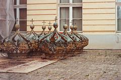 Warten auf neuen Glanz (TW berlinphoto) Tags: film analog reflecta10m nikonf6 kodak portra400 berlin schloss charlottenburg krone 35mm af85mm14d