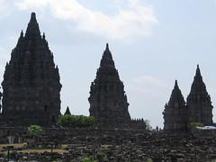 """Prambanan et les quelques pierres qu'il reste à assembler <a style=""""margin-left:10px; font-size:0.8em;"""" href=""""http://www.flickr.com/photos/83080376@N03/15248633030/"""" target=""""_blank"""">@flickr</a>"""