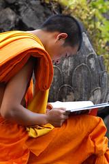06-11-01 Laos-Camboya Luang Prabang (231) R02 (Nikobo3) Tags: travel people portraits nikon asia social retratos viajes monks laos luangprabang monjes nikond200 nikobo josgarcacobo nikondx182003556vr