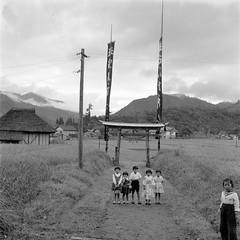 Japanese Children on a Dirt Road, 1950s (Vintage Japan-esque) Tags: old boy girl field japan vintage children japanese child 1950s fields kimono dirtroad geta foundphotograph