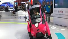 Toyota quiere que vayamos con este  simpático triciclo i-road con dirección  en la rueda trasera
