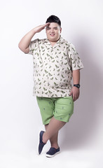 เสื้อเชิ้ตแขนสั้นผ้าลินินพิมพ์ลายสีครีมผู้ชายอ้วน