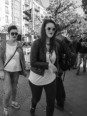 Two Women, Sunglasses (kohlmann.sascha) Tags: street people woman trafficlights berlin sunglasses deutschland glasses donna traffic candid femme mulher streetphotography streetportrait technik menschen brille frau eyeglasses technique verkehr ampel youngwoman sonnenbrille mensch 女人 jungefrau jeunefemme 女子 streetfotografie laseñora strasenfotografie же́нщина фра́у