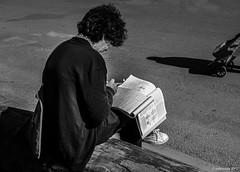 les joies de la biochimie (Patrice Dx) Tags: streetphotography étudiant bruxelles lecture piétonnier