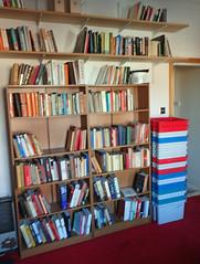 2017_04_080003 (Gwydion M. Williams) Tags: coventry britain greatbritain uk england warwickshire westmidlands chapelfields sirthomaswhitesroad books bookshelves