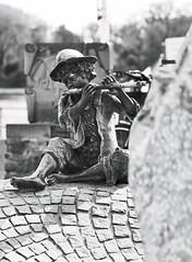 Flötenspieler 5 (===\WR\===) Tags: wiesbaden biebrich brunnenfigur flötenspieler schwarz weiss black white schwarzweiss blackwhite figur plastik leitz leica elmarit 90mm sony alpha 7ii 7markii 7mii 7m2