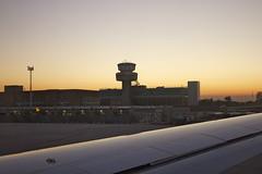 Moi j'irai dimanche à Orly (Marc Laroche/Niepceetdaguerre) Tags: voyage soir venise italie avion marcopolo piste aile décollage aéroport bâtiments
