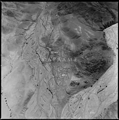 Faynan (APAAME) Tags: blackandwhite faynan feinan jadis1900001 megaj4032 phaino scannedfromnegative largeformatfilmoriginal pleiades:depicts=697726 aerialarchaeology aerialphotography middleeast airphoto archaeology ancienthistory