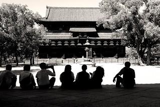 ❂教王護国寺 金堂と修学旅行生 -京都市-